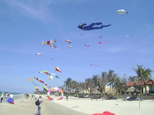 Những con diều khổng lồ tung cánh và khoe sắc trên không gian của bãi biển khách sạn Victoria