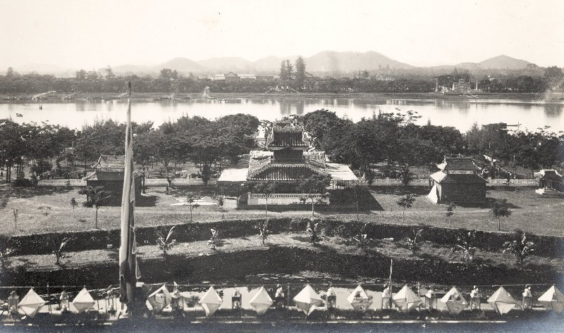 bên dòng sông Hương