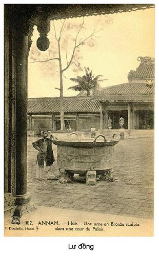Vạc đồng trông sân điện Thái Hòa