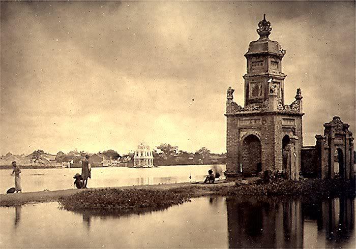 Tháp bên Hồ