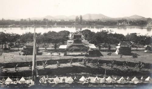 bên bờ Sông Hương