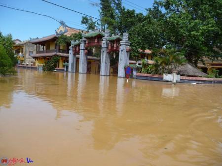 Đường phố Hội An ngập gần 2m nước.