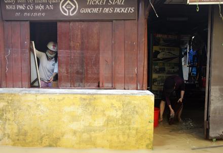 Nhân viên phòng Hướng dẫn du lịch tại khu phố cổ dọn dẹp văn phòng ngay từ khi nước chưa rút.