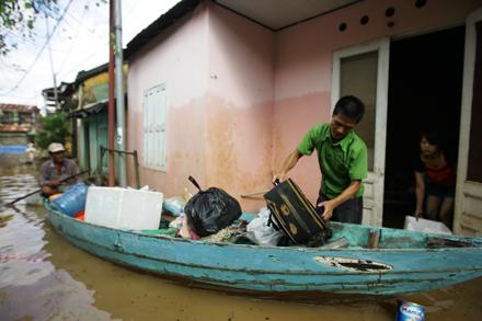 Các hộ dân trong ngõ Trần Phú chuyển đồ đạc ra khỏi nhà để tránh nước