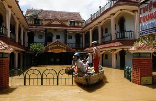 Toàn bộ tầng 1 của Thien Trung Hotel Hoi An đã chìm trong nước. Người dân phải dùng ghe, thuyền làm phương tiện di chuyển.