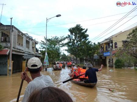 Đường phố Hội An ngày thường trở thành sông