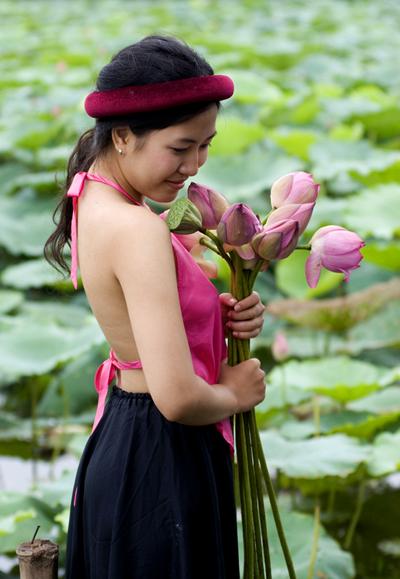 Thiếu nữ và mùa sen