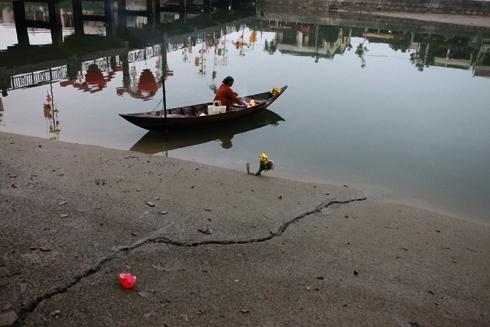 Bà lão chèo ghe trên sông Hoài đang hóa vàng ngày đầu năm