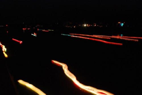 Sông hoài bây giờ chỉ còn ánh sáng của những ngọn hoa đăng trôi trên sông