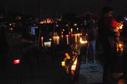 Những ngọn đèn hoa đăng được thả trôi sông