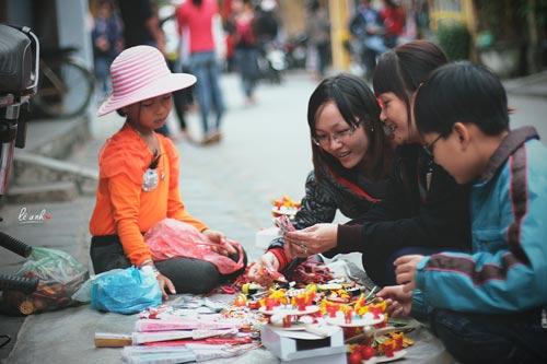 Một em bé bán đồ chơi bên phố cổ