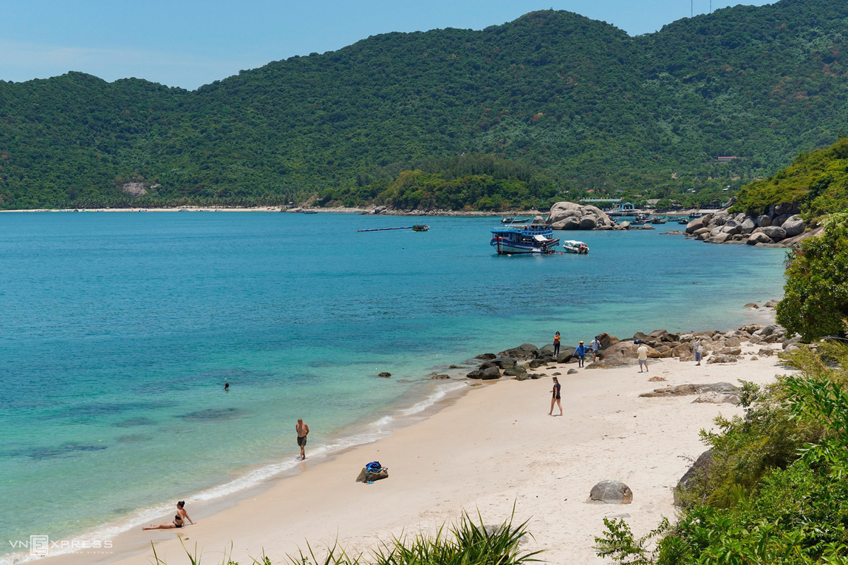 Du khách tắm biển tại bãi Xếp. Đây là bãi tắm đẹp, hoang sơ, có thể lặn ngắm san hô, đốt lửa trại và lưu trú qua đêm.