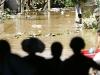 Người dân đợi nước rút trên chùa Cầu