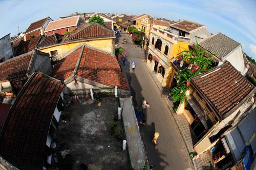 Những mái ngói cổ kính, bức tường rêu phong là đặc trưng của phố Hội.